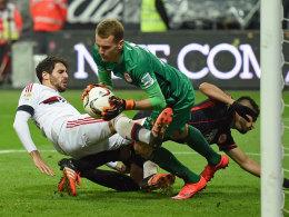 Frankfurts Hradecky packt gegen Martinez zu.