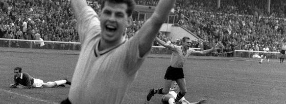 Torschütze Konietzka (hinten, r.) und sein Teamgefährte Lothar Emmerich (vorn) bejubeln das erste Tor beim Start der Fußball-Bundesliga am 24.08.1963 im Bremer Weserstadion.