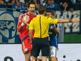 Große Aufregung: Die Schalker Michael Gspurning und Sead Kolasinac protestieren bei Schiedsrichter Tobias Stieler.