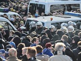 """""""Die Gefahrenprognose spricht ganz klar für unseren Vorschlag, nur 4000 Schalke-Fans zuzulassen"""", teilt die Polizei Dortmund für das Revierderby mit."""