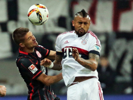 """Augen zu und durch: Bayerns """"Krieger"""" Vidal (re.) gegen Frankfurts Medojevic."""