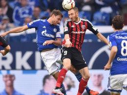 Moritz Hartmann im Luftkampf mit Schalke-Kapitän Benedikt Höwedes
