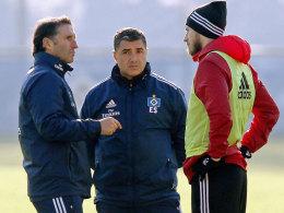 HSV-Trainer Bruno Labbadia im Gespräch mit Aaron Hunt, in der Mitte Assistenztrainer Eddy Sözer.