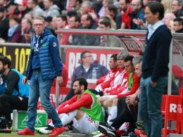 Wird seine Optionen gegen Leverkusen genau abwägen: FC-Trainer Peter Stöger (li.).