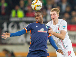Bremens Anthony Ujah gegen Augsburgs Callsen-Bracker.