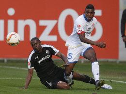 Jhon Cordoba (re.) gegen Seyi Olayengbesi