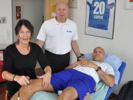 Bamba Anderson mit Sportphysiotherapeutin Isabel Rönnefahrt und Sporeg-Chef Reinhard Gebel.