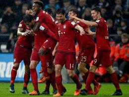 Vom Regen in den Jubel: Bayerns Javi Martinez war mit dem Kopf spielentscheidend zur Stelle.