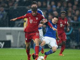 Mit harten Bandagen: Bayerns Thomas Müller wird von Sascha Riether (re.) angegangen.