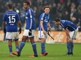 Mit dem Platz unzufrieden: die Schalker Profis.