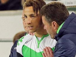Wolfsburgs Trainer Dieter Hecking stimmt Ismail Azzaoui auf sein Bundesliga-Debüt ein.