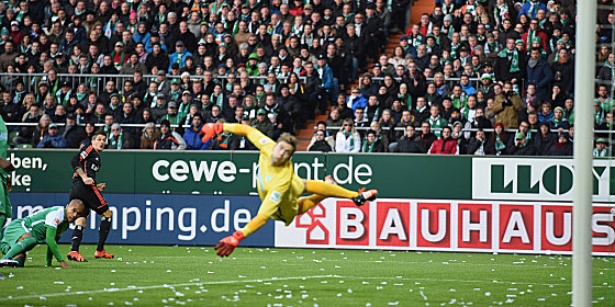 Dem Ball hinterherschauen: Hamburgs Ilicevic und Bremens Schlussmann Wiedwald (re.).