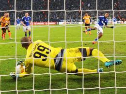 Fehlschuss: Schalkes Dennis Aogo scheitert mit einem Strafstoß an Nikosias Torhüter Boy Waterman.
