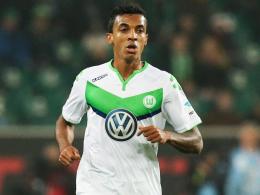 Rückenprobleme: Der Einsatz von Wolfsburgs Luiz Gustavo in Augsburg ist fraglich.