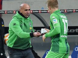 Schriftliche Anweisungen für einen Zähler: Gladbach-Coach Andre Schubert.