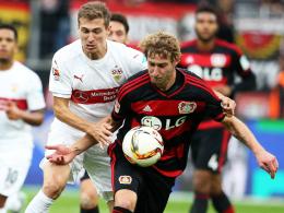 Krallt sich der VfB Leverkusens Angreifer? Hier packt Stuttgarts Daniel Schwaab gegen Stefan Kießling (re.) zu.