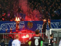Darmstädter Fan-Utensilien brennen im Eintracht-Block