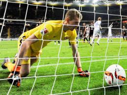 """Wir sind im Abstiegskampf"": Frankfurts Torhüter Lukas Hradecky holt gegen Darmstadt den Ball aus dem Netz."