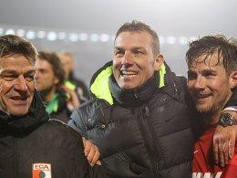 Markus Weinzierl freut sich mit Daniel Baier und Co-Trainer Wolfgang Beller über den Einzug in die Zwischenrunde.