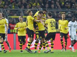 Jubel-Demonstration für Mats Hummels: Die BVB-Profis gratulieren dem Kapitän zum 3:1-Treffer.