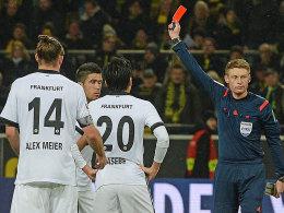 Kein seltenes Bild: Ein Frankfurter, hier Slobodan Medojevic in Dortmund, sieht eine Karte - in diesem Fall flog er mit Gelb-Rot vom Platz.