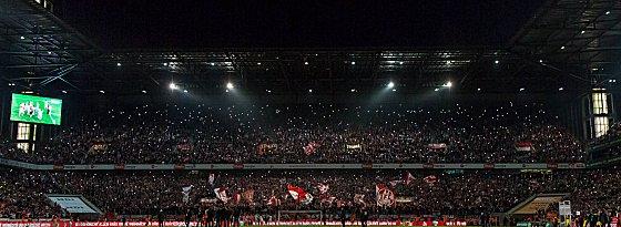 Weihnachtssingen im Kölner Stadion