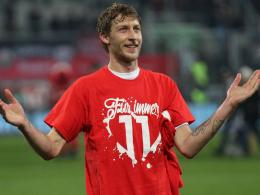 Fan-Geschenk: Stefan Kießling mit dem neuen T-Shirt.
