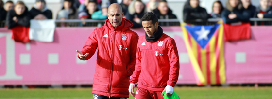 Bayern-Trainer Pep Guardiola beim Training mit Thiago.
