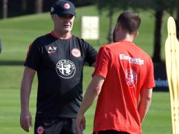 Frankfurts Trainer Armin Veh (li.) und Neuzugang Szabolcs Huszti.
