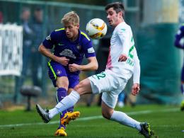Dem Drittligisten unterlegen: Werder Bremens Fin Bartels (re.) gegen Erzgebirge Aues Sebastian Hertner.