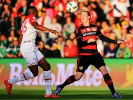 """Wir haben verdient gewonnen"": Leverkusens Julian Brandt (re.) gegen Santa Fes Fernando Mina."