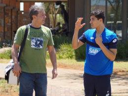 Gespräch im Trainingslager in Südafrika: Tarik Elyounoussi mit kicker-Redakteur Michael Pfeifer.