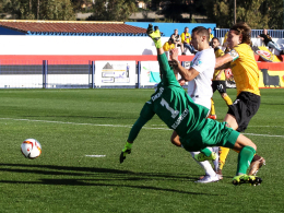 Führungstreffer: Augsburgs Rückkehrer Nikola Djurdjic (weißes Trikot) erzielt das 1:0 gegen Dresden.