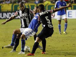 Lucas Candido (li.) und Rafael Carioca im Duell mit Younes Belhanda