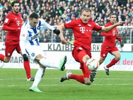 Vergibt hier eine Riesenchance: Manuel Torres vom Karlsruher SC. Holger Badstuber (r.) kommt zu spät.