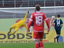 Geschlagen: Kölns Keeper Horn kann Latzas Abschluss nicht parieren.