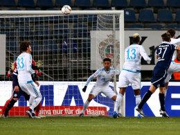 Da war's passiert: Bielefelds Sebastian Schuppan (#27) köpft zum 1:0 ein, Schalkes Abwehr schaut hinterher.