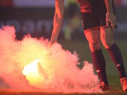 Pyrotechnik - eines der Hauptvergehen, weswegen Vereine zur Kasse gebeten werden.