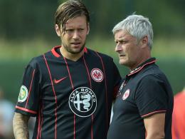 Lagebesprechung: Eintracht-Trainer Armin Veh hat Marco Russ gegen Wolfsburg auf der Sechs eingeplant.