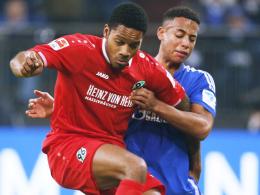"""""""Ich werde alles geben, um schnell wieder fit zu sein"""": Hannovers Charlison Benschop, links gegen Schalkes Aogo."""