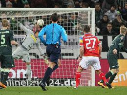 Schuss ins Glück: Christian Clemens (#27) trifft für Mainz.