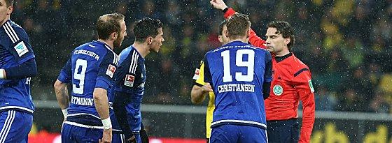 Diskussionsbedarf: Spieler des FC Ingolstadt und Schiedsrichter Guido Winkmann