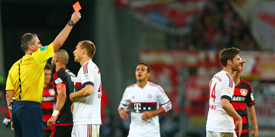 Hitziges Spiel in Leverkusen: Alonso sah die Ampelkarte.
