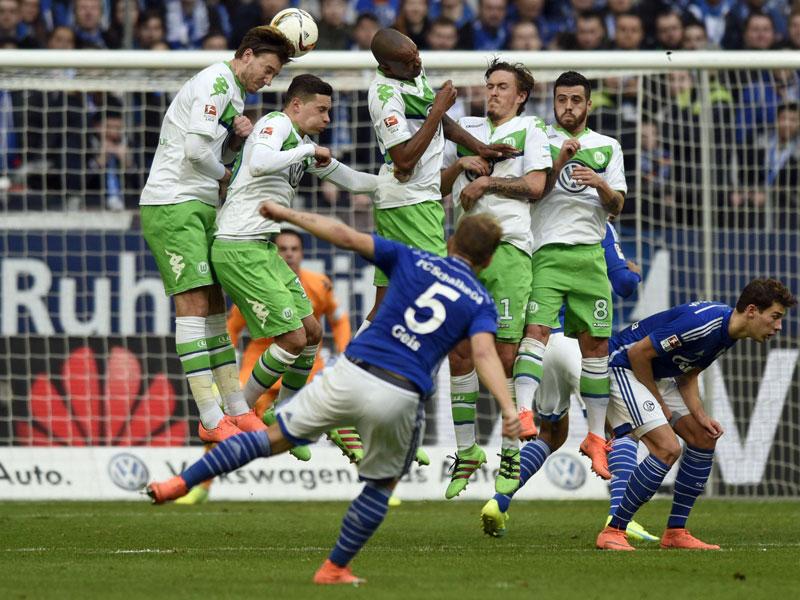Der Schalker Geis zirkelt den Ball über Draxler zum 2:0 in die Maschen.