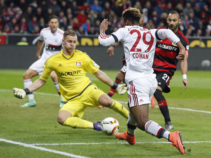 Coman scheitert an Leverkusens Keeper Leno.