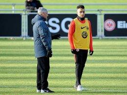Der Chef schaut hin: Frankfurts Trainer Armin Veh und Änis Ben-Hatira (re.) im Training.