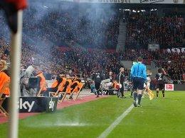 Feuerwerkskörper im Spiel Leverkusen - Köln