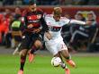 Kingsley Coman im Laufduell mit Leverkusens Karim Bellarabi.