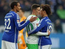 Trost von den Ex-Kollegen nach dem 0:3 auf Schalke: Wolfsburgs Julian Draxler mit Joel Matip und Leroy Sané.