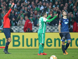 Schiedsrichter Benjamin Brand zieht Rot für Andrej Kramaric (re.).